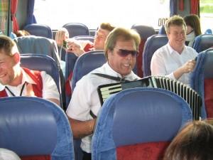 Mit Unterhaltung im Bus