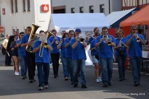 Kirchplatzfest Marsch die Straße hinauf